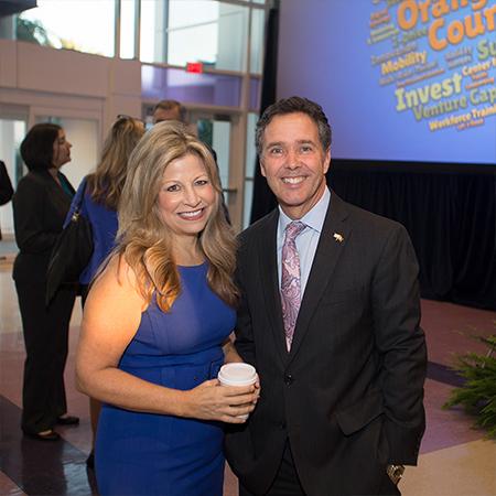Un hombre y una mujer sonríen frente a la cámara