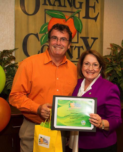 Alcaldesa Teresa Jacobs entregando un certificado a un hombre
