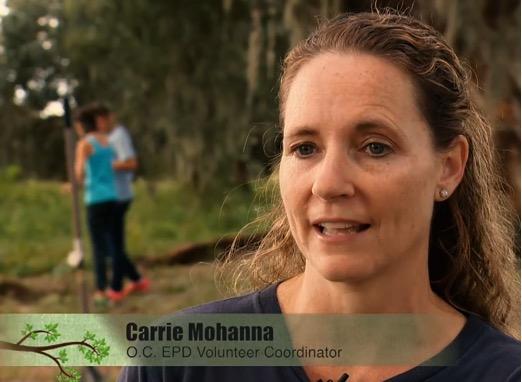Carrie Mohana, coordinadora de voluntarios, en una zona boscosa